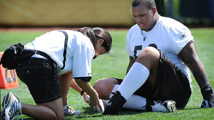 Steeler offensive lineman Maurkice Pouncey has injured his left toe examined by assistant athletic trainer Ariko Iso during Wednesday&#039;s practice.