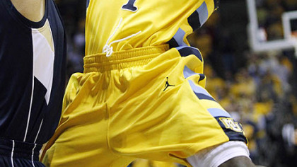 Marquette&#039;s Darius Johnson-Odom drives to the basket against Pitt&#039;s Gary McGheein the first half.