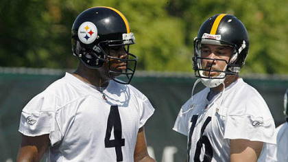 Steelers quarterbacks Byron Leftwich, left, and Charlie Batch confer during practice.