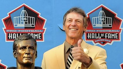 Steelers defensive cooridinator Dick LeBeau is honored as he gets inducted to the Pro Football Hall of Fame.