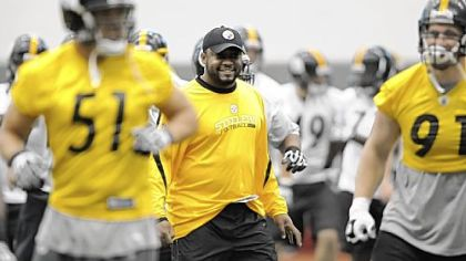 Steelers head coach Mike Tomlin watches as his team goes through drills.