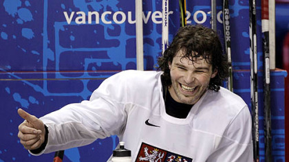 Former Penguins captain Jaromir Jagr jokes with teammates during the Czechs&#039; practice Sunday.