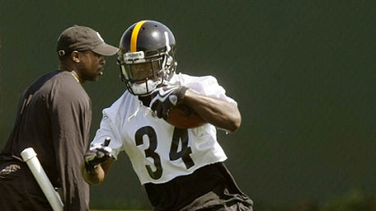 Steelers running back Rashard Mendenhall goes through drills during practice.