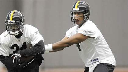 Steelers quarterback Byron Leftwich hands off to Rashard Mendenhall.