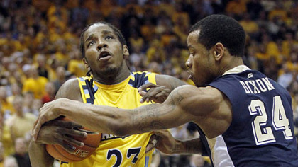 Marquette&#039;s Dwight Buycks drives to the basket against Pitt&#039;s Jermaine Dixon in the first half.