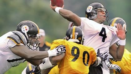 Byron Leftwich drops back to pass during team drills at training camp Thursday in Latrobe.