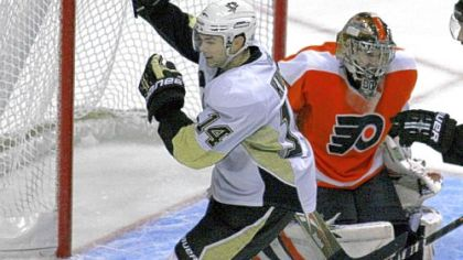 Chris Kunitz scores against Flyers' Sergei Bobrovsky in the first period Saturday night.